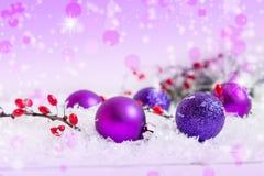Bolas do Natal e do ano novo no fundo claro Foto de Stock