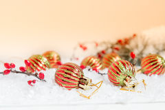 Bolas do Natal e do ano novo no fundo claro Fotografia de Stock Royalty Free