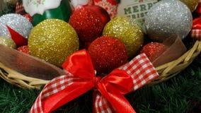 Bolas do Natal e frascos de cookie em uma cesta Fotografia de Stock