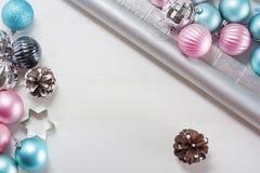 Bolas do Natal e papel de envolvimento cor-de-rosa e azuis para presentes Fotos de Stock Royalty Free
