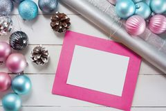 Bolas do Natal e papel de envolvimento cor-de-rosa e azuis para presentes com quadro velho da foto Foto de Stock Royalty Free