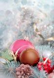 Bolas do Natal em um close up da árvore de abeto Decorações do ano novo com Fotografia de Stock Royalty Free
