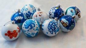 Bolas do Natal feitos a mão no fundo branco Projeto bonito e um presente maravilhoso para o feriado imagens de stock