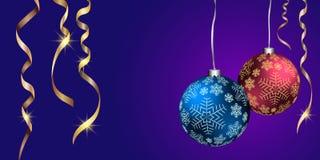 Bolas do Natal, flocos de neve, serpentina dourada, fundo azul Fotos de Stock