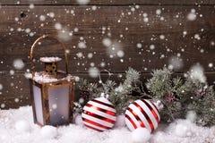 Bolas do Natal, lanterna decorativa e árvore da pele dos ramos na Fotos de Stock Royalty Free