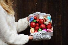 Bolas do Natal na caixa imagens de stock royalty free