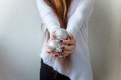 Bolas do Natal nas mãos Imagem de Stock