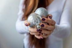 Bolas do Natal nas mãos Imagem de Stock Royalty Free