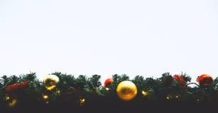 Bolas do Natal que penduram em uma árvore de Natal Imagens de Stock