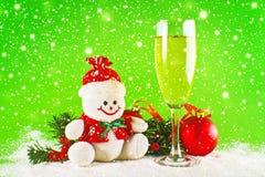 Bolas do Natal, vidro do vinho e boneco de neve de lãs Foto de Stock
