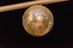 Bolas douradas do espelho no fundo preto Fotografia de Stock