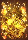 Bolas douradas do Natal com sparkles, com confetes, estrela e flocos de neve Fotos de Stock
