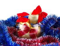 Bolas douradas do Natal e curva vermelha em um vaso de vidro Fotografia de Stock