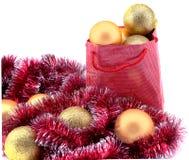 Bolas douradas do Natal no pacote do presente Imagens de Stock Royalty Free