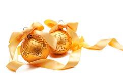 Bolas douradas perfeitas do Natal com a fita isolada Fotografia de Stock Royalty Free