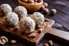 Bolas dulces con la nuez, el cacao y la almendra Foto de archivo