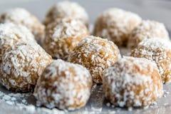 Bolas dulces del coco cubiertas con el coco rallado Imagen de archivo
