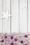 Bolas e estrela roxas do Natal do fundo Fotografia de Stock Royalty Free