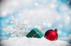 Bolas e flocos de neve do Natal na neve Foto de Stock