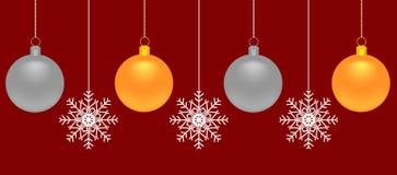 Bolas e flocos de neve do Natal do ouro e da prata em um fundo vermelho Imagens de Stock Royalty Free
