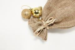 Bolas e malote dourados do Natal Fotografia de Stock Royalty Free