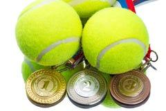 Bolas e medalhas de tênis imagens de stock