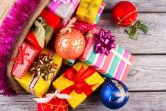 Bolas e presentes bonitos do Natal no fundo de madeira Imagem de Stock Royalty Free