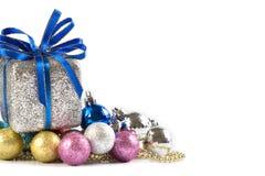 Bolas e presentes de prata e azuis do Natal no fundo branco Imagem de Stock Royalty Free