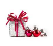 Bolas e presentes de prata e vermelhos do Natal no fundo branco Imagens de Stock Royalty Free