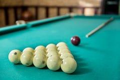 Bolas e sugestão de bilhar na tabela Foto de Stock Royalty Free