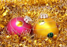 Bolas en el oropel del oro Foto de archivo libre de regalías