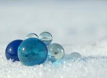 Bolas en una nieve Imagen de archivo libre de regalías