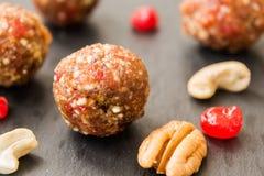 Bolas feitas com cajus, cerejas e datas Imagem de Stock Royalty Free