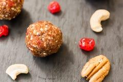 Bolas feitas com cajus, cerejas e datas Foto de Stock Royalty Free
