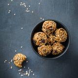 Bolas feitos a mão da energia da proteína, petisco saudável do superfood fotografia de stock