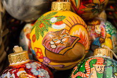 Bolas festivas hechas del vidrio en el mercado de la Navidad Foto de archivo libre de regalías