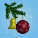 Bolas festivas que penduram na árvore de Natal, fundo azul com flocos de neve, Fotos de Stock Royalty Free