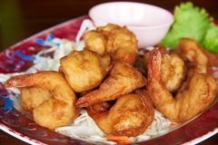 Bolas fritadas deliciosas do camar?o na tabela fotografia de stock
