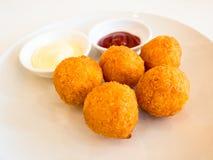 Bolas fritadas do queijo com molho no fundo branco Foto de Stock