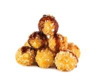 Bolas fritas del queso con la salsa de soja en el backgro blanco Imagen de archivo libre de regalías