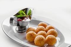Bolas fritas del queso para la cena de la comida fría Comida del abastecimiento para la cena o el evento de gala Fotos de archivo