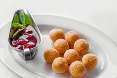 Bolas fritas del queso para la cena de la comida fría Comida del abastecimiento para la cena o el evento de gala Imágenes de archivo libres de regalías