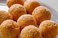 Bolas fritas del queso para la cena de la comida fría Comida del abastecimiento para la cena o el evento de gala Cierre para arri Fotos de archivo libres de regalías
