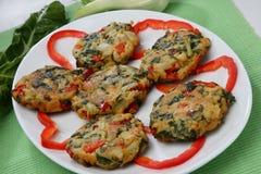 Bolas fritas empanadas planas de la remolacha forrajera con pep rojo Imagen de archivo libre de regalías