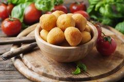 Bolas fritas italiano tradicional de la mozzarella Fotos de archivo libres de regalías