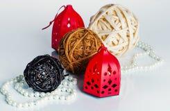 3 bolas, grânulos da pérola e decorações do Natal Imagens de Stock