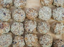 Bolas hechas en casa con las virutas del chocolate, de la crema y del coco imagen de archivo libre de regalías