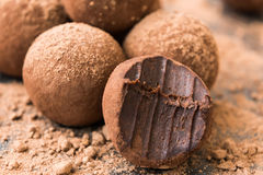 Bolas hechas en casa de la energía con el chocolate Fotografía de archivo libre de regalías