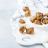 Bolas hechas a mano de la energía de la proteína, bocado sano del superfood fotografía de archivo libre de regalías
