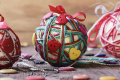 Bolas hechas a mano de la Navidad Imagenes de archivo